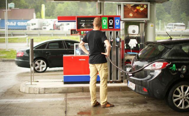 Cene pogonskih goriv so že štiri tedne nespremenjene, se pa opazno povečuje davčna obremenitev pogonskih goriv. Foto: Jure Eržen/Delo