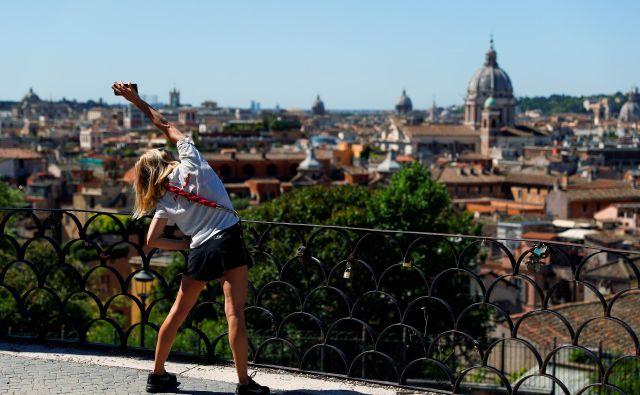 Od danes so v Italiji znova odprti parki, kar bodo mnogi izkoristili za športne dejavnosti. Foto Reuters