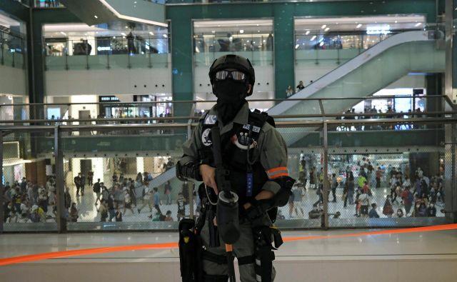 Če Hongkonga ne bo spravil na kolena virus, ga bo uničilo protikitajsko gibanje. FOTO: Reuters