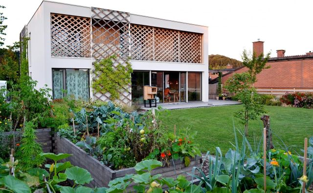 Urbani vrt, ki ga je zasnoval krajinski arhitekt Mitja Škrjanec, leži ob sodobni hiši, ki jo zaznamuje brezčasno oblikovana arhitektura, njeni avtorji pa so AKSL arhitekti. Vrt sestavljajo predvrt z dvoriščem, vzhodni del, kjer je terasa s senčnico in letno kuhinjo, tretji del pa je osrednji bivalni vrt z zelenjavnim vrtom in odprto travno ploskvijo kot nadaljevanjem lesene terase. Foto Mitja Škrjanec