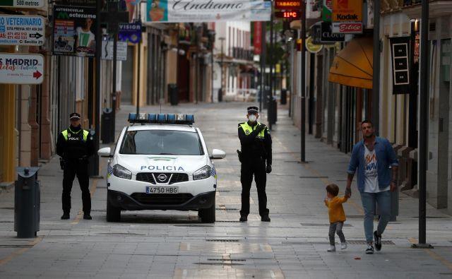 A na kršitelje karantene ne naleti vedno policija, nasprotno, v teh norih časih je začel pustošiti tudi virus ovaduštva, ki je bolj nalezljiv kot koronavirus. FOTO: Jon Nazca/Reuters