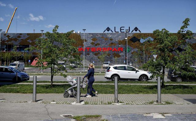 Nakupovalno središče Aleja je na odprtje priravljeno že od raglasitve epidemije. Nekaj trgovin in lokaloc znotraj središča bo svoja vrata odprlo v petek. FOTO: Blaž Samec/Delo