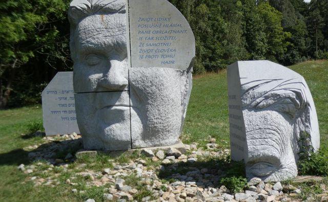 Haškova glava je visoka 2,65 metra, zgrajena je iz lokalnega granita in tehta 18 ton. Na desetih ravnih ploskvah je izpisan Švejkov citat v desetih jezikih. FOTO: Staša Lepej Bašelj
