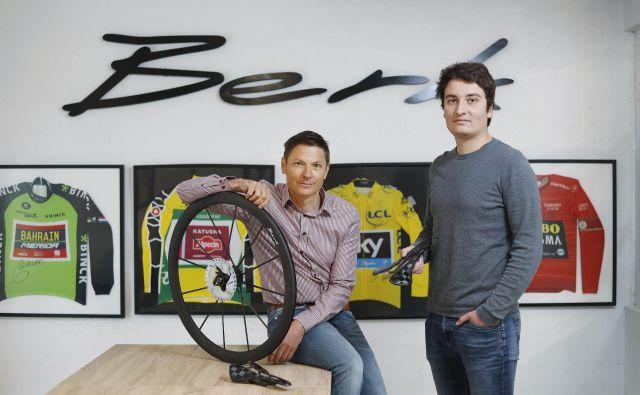 Jure Berk (desno) in Andrž Vehovar sta se na začetku poslovne poti odločila, da ne bosta preskakovala stopnic, ampak sledila organski rasti podjetja. Kupcem ponudita izdelek šele, ko je ta preizkušen in oblikovalsko dodelan. FOTO: Leon Vidic