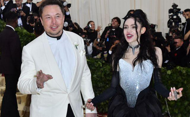 Milijarder Elon Musk in pevka Grimes starazkrila, da sta par, na modni slovesnosti Met Gala. FOTO: Angela Weiss/AFP