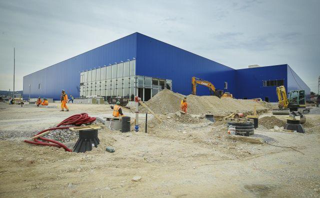 Značilna modra Ikeina stavba in streha sta postavljeni, delno je urejena okolica, vgrajena je tudi že večina tehničnih inštalacij v stavbi. FOTO: Jože Suhadolnik/Delo