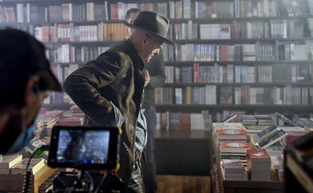Vlado Kreslin na snemanju kampanje <em>Vrnitev napisanih</em> v knjigarni Konzorcij. Foto Blaž Samec