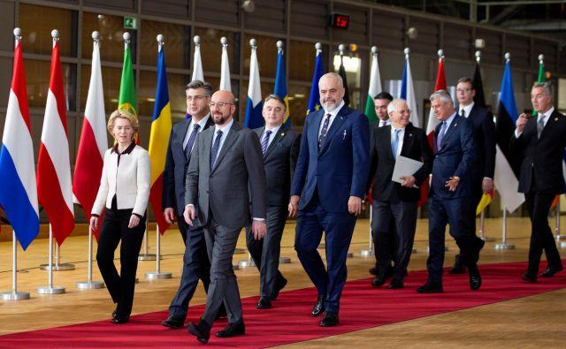 Zagrebški vrh z najvišjimi predstavniki držav Zahodnega Balkana, ki bo zaradi pandemije koronavirusa potekal po videopovezavi, ne bo prinesel napredka pri širitvi Unije. Fotografija je bila posneta med zadnjim srečanjem balkanskih voditeljev februarja v Bruslju. Foto: Reuters