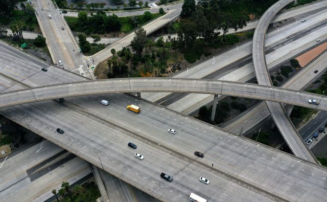 Kako hitro bodo prazne ceste spet polne? Fotografija je z območja Los Angelesa v Kaliforniji.<br /> FOTO: Reuters