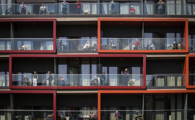 V Centru straejših Trnovo so v sodelovanju z OŠ Trnovo na balkonih zapeli nekaj pesmi. FOTO: Jože Suhadolnik