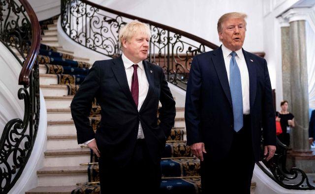 Britanski premier Boris Johnson in ameriški predsednik Donald Trump med lanskim zasedanjem voditeljev skupine držav G7 v Biarritzu. Foto: Afp