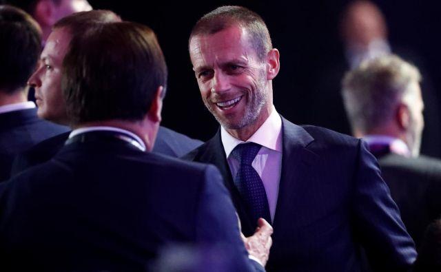 Bitko proti koronavirusu bije tudi Evropska nogometna zveza na čelu s predsednikom Aleksandrom Čeferinom, ki je nacionalnim zvezam odločno dal vedeti, da naj prvenstva nadaljujejo in končajo na igrišču, če je le mogoče. FOTO: Reuters