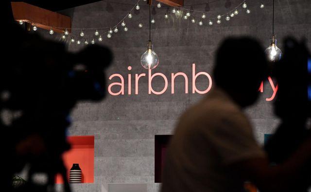 Zaradi hudega upada prihodkov in negotove prihodnosti v turistični industriji so v družbi za posredovanje turističnih nastanitev Airnbn v torek odpustili 1900 zaposlenih od skupaj 7500. FOTO: Tošifumi Kitamura/AFP