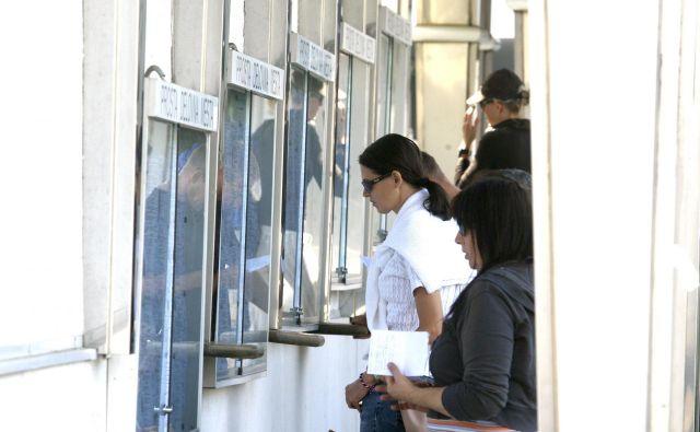 Podatki zavoda za zaposlovanje kažejo enormen porast števila brezposelnih v času epidemije. FOTO: Blaž Samec/Delo