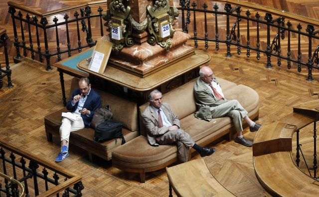 Men sit at the Madrid stock exchange May 28, 2012. The premium investors require to hold Spanish government bonds over their German counterparts hit its highest since the euro was launched on Monday as the state's takeover of Bankia fueled concerns over the rising costs for Spain of helping its banks. REUTERS/Juan Medina (SPAIN - Tags: BUSINESS) Foto Š Juan Medina / Reuters Reuters Pictures