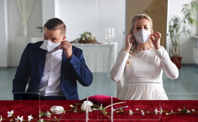 Po skoraj dveh mesecih pa bo v soboto na gradu tudi prvi poročni protokol. Zakonsko zvezo bo odslej mogoče skleniti le z zaščitnimi maskami na obrazu.FOTO: Kai Pfaffenbach/Reuters