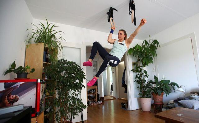 Švicarska plezalka Petra Klingler, ki so ji nadeli nadimek »švicarska mašina«, trenira na svojem domu. FOTO: Denis Balibouse/Reuters