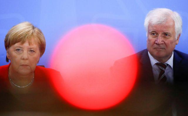 Nemška kanclerka Angela Merkel in minister za notranje zadeve Horst Seehofer sta bila vseskozi zagovornika zagona nemškega nogometnega prvenstva. FOTO: Reuters