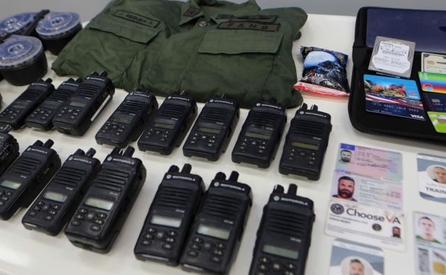 Vojaška oprema, ki so jo zaplenili plačancem. FOTO: Reuters
