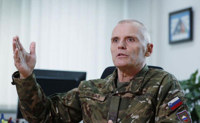 »O vozilih 8X8 se govori kot o nekakšnem nebodigatreba, to je osnovno sredstvo, kot smetarski tovornjak za komunalno podjetje. Če želimo imeti zaščitene vojake, moramo imeti ustrezno oklepno vozilo,« je odločen Robert Glavaš, načelnik Generalštaba Slovenske vojske. Foto Leon Vidic
