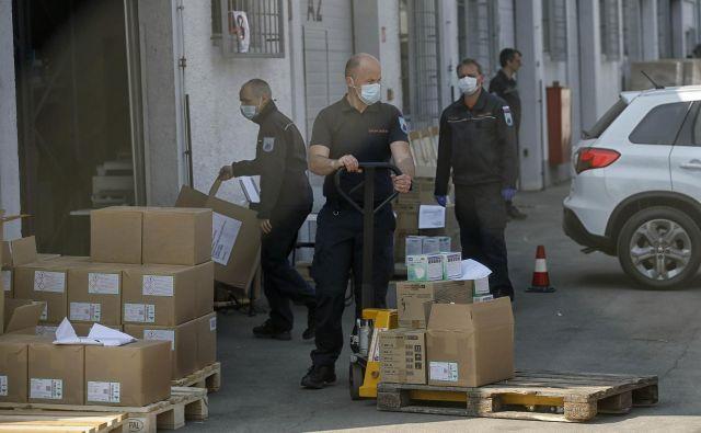 Vladno poročilo o nabavi zaščitne opreme je namenjeno obrambi gospodarskega ministra Zdravka Počivalška, so kritični v opoziciji. Foto Blaž Samec