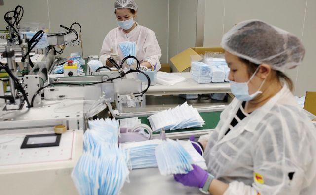 Proizvodnja mask v mestu Taoyuan na Tajvanu. Foto Reuters