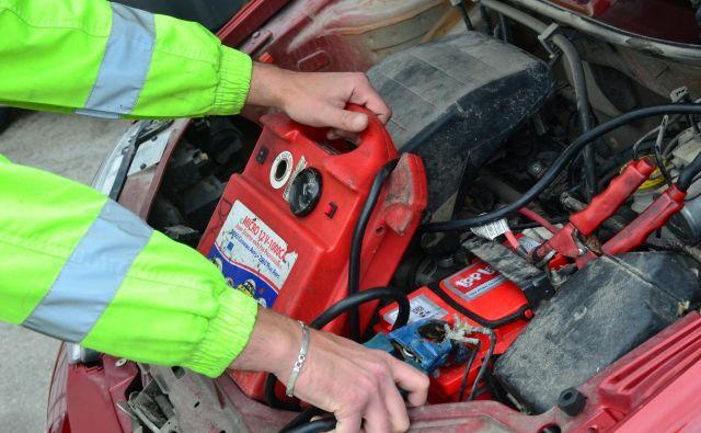 Težave z akumulatorjem so še vedno daleč najbolj pogost problem, ki ga morajo reševati pri posredovanju na cesti. Foto Gašper Boncelj
