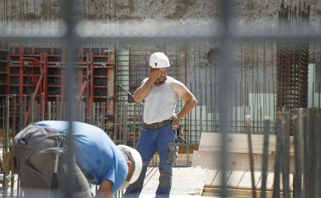 Državni infrastrukturni projekti skupaj z vzdrževanjem infrastrukture so se skoraj ustavili. FOTO: Leon Vidic/Delo