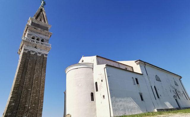 Območje piranske cerkve, od koder se ponuja prelep razgled na Piran, Trst, Gradež, Triglav, Nanos in seveda ves Tržaški zaliv, vsako leto obišče več kot 150.000 turistov. Zorko Bajc pravi, da celo več sto tisoč. Zato razsuti tlak daje še dodatno sporočilo obiskovalcem.