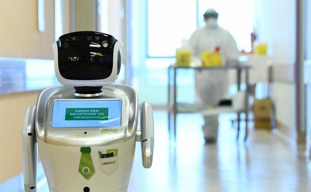 Roboti delajo noč in dan, pri njih ni stroškov z zaščitno opremo, pa še na bolniško ne odhajajo. FOTO: Reuters