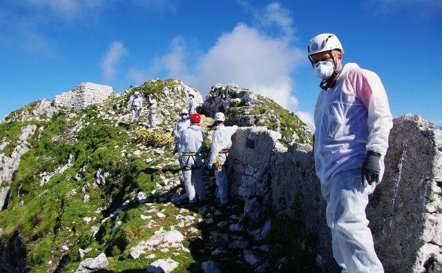 Planinske koče se počasi odpirajo, a ponekod v gorah je še vedno sneg, močna erozija, marsikateri deli planinskih poti so poškodovani. FOTO: PZS