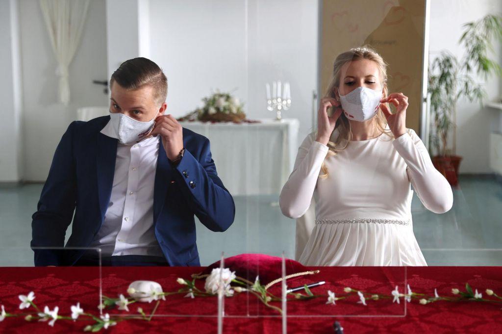 FOTO:Na Bogenšperku prva poroka z maskami