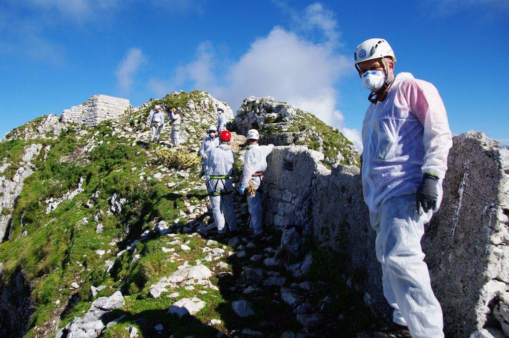 FOTO:Čeprav se koče počasi odpirajo, je tudi svet v gorah postal drugačen