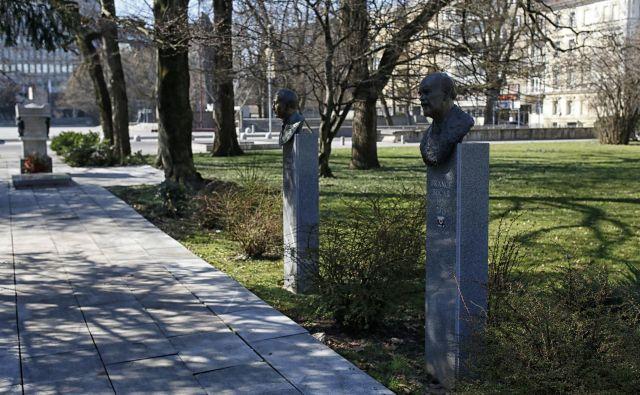 Doprsni kip Janeza Stanovnika nameravajo postaviti ob Francetu Bučarju in Stanetu Kavčiču. FOTO: Blaž Samec/Delo