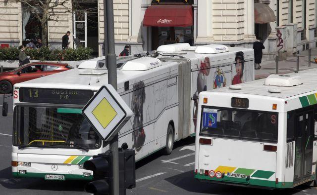 V LPP načrtujejo, da bi v ponedeljek začelo voziti 115 avtobusov, v normalnih okoliščinah se jih po Ljubljani vozi okoli 190. FOTO:Mavric Pivk/Delo