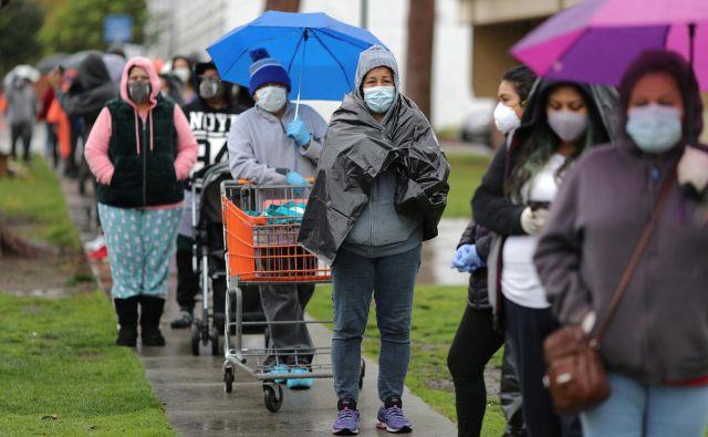 Čakajoči v vrsti za hrano v Los Angelesu Foto Reuters