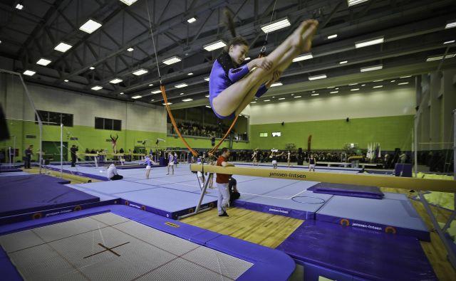 Upravljalci ne želijo v gimnastičnem centru z razkužilom uničiti tekmovalna orodja, tepihe, parter. FOTO: Jože Suhadolnik