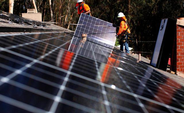Male elektrarne na strehah hiš omogočajo boljšo izrabo sončne energije.<br /> FOTO: Reuters