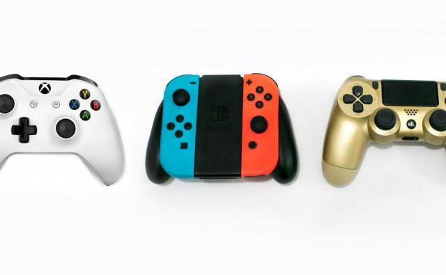 Igralni vmesniki treh velikih: Microsoftovega xboxa, Nintendovega switcha in Sonyjevega playstationa. Foto Shutterstock