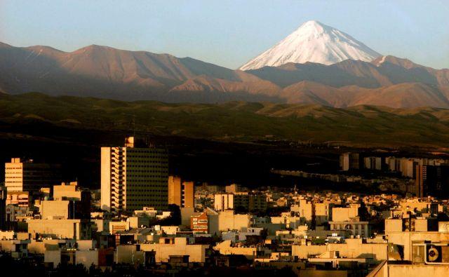 Damavand, mesto in ognjenik vzhodno od iranske prestolnice Teheran, je sinoči stresel potres, ki bi utegnil napovedovati tudi izbruh ognjenika. FOTO: Morteza Nikoubazl/Reuters