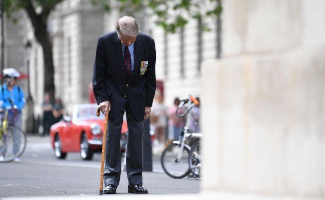 Veteran Lou Myers se je pri 93 letih včeraj sredi Londona poklonil britanskim vojakom, ki so umrli v drugi svetovni vojni. Foto Afp