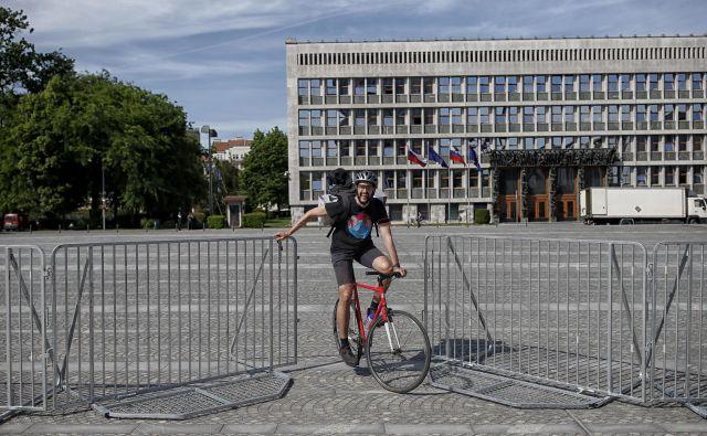 Pred današnjimi protesti so okoli parlamenta postavili ograje. FOTO: Blaž Samec/Delo