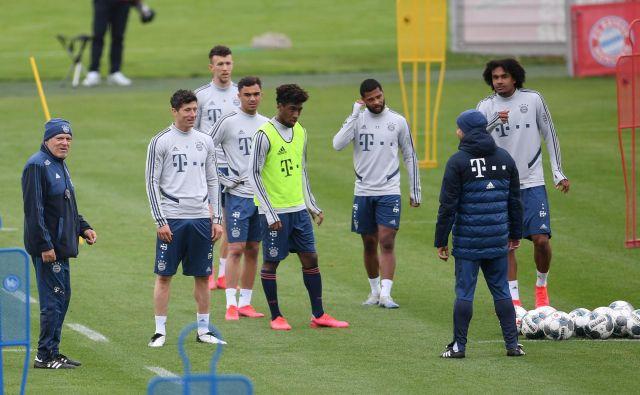 Bayernovi nogometaši so se prvič po daljšem času zbrali na skupnem treningu v Allianz Areni. FOTO: Reuters