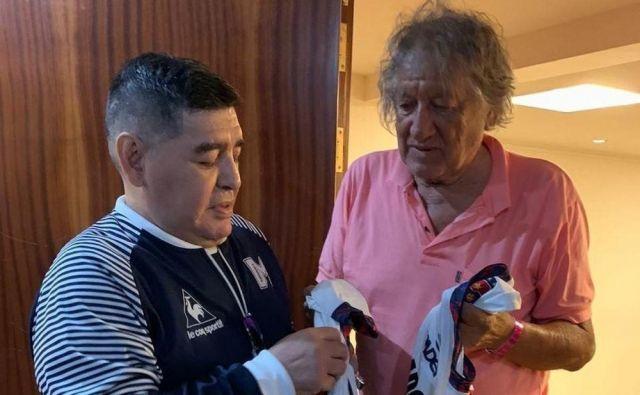 Tragična smrt Tomasa Felipeja Carlovicha (desno) je pretresla Argentince, med njimi tudi Diega Maradono, ki se je še pred meseci srečal z boemom, hipijem, a tudi igralcem, ki so ga občudovali številni rojaki. FOTO: Twitter