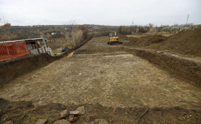 Še vedno nimamo rešenih niti deponij za odkopano zemljo, ki bo ostala pri načrtovani gradnji od drugega tira in karavanškega predora. Foto Leon Vidic