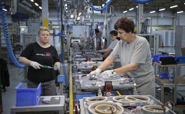 V drugi polovici marca so podjetja močno zmanjšala proizvodnjo. FOTO: Jože Suhadolnik/Delo