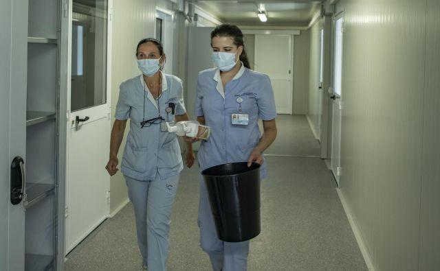 Števlni zaposleni v zdravstvu in v domovih za starostnike, ki so bili posebej izpostavljeni in obremenjeni v času epidemije, še niso prejeli dodatkov, opozarjajo sindikati. FOTO: Voranc Vogel