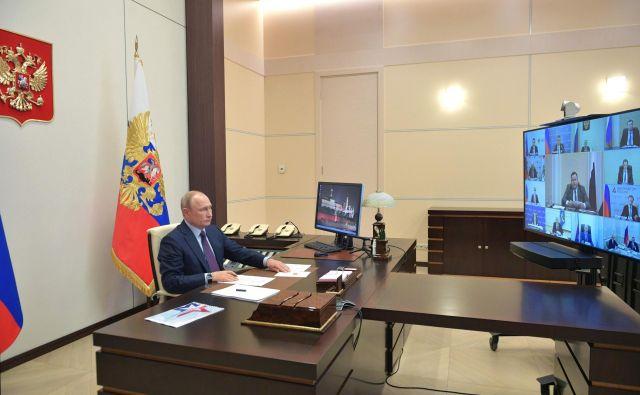 Ruski predsednik Vladimir Putin je napovedal omilitev ukrepov in obljubil ogromne stimulacije za obnovo gospodarstva in zmanjšanje brezposelnosti. Foto: Afp