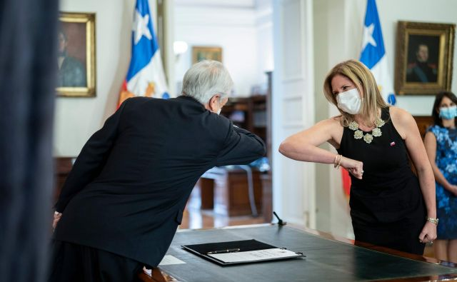 Čilski predsednik Sebastián Piñera in Macarena Santelices v predsedniški palači 6. maja, ko je nekdanja županja in novinarka prevzela vodenje resorja za enakost žensk. FOTO: Marcelo Segura/AFP