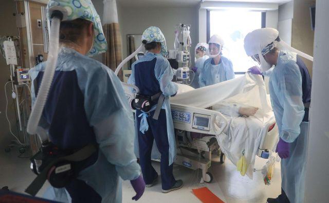 Zdravniki na oddelku intenzivne nege v bolnišnici v ameriškem San Diegu skrbijo za bolnike z zapletenim potekom bolezni covid-19. FOTO: Mario Tama/AFP